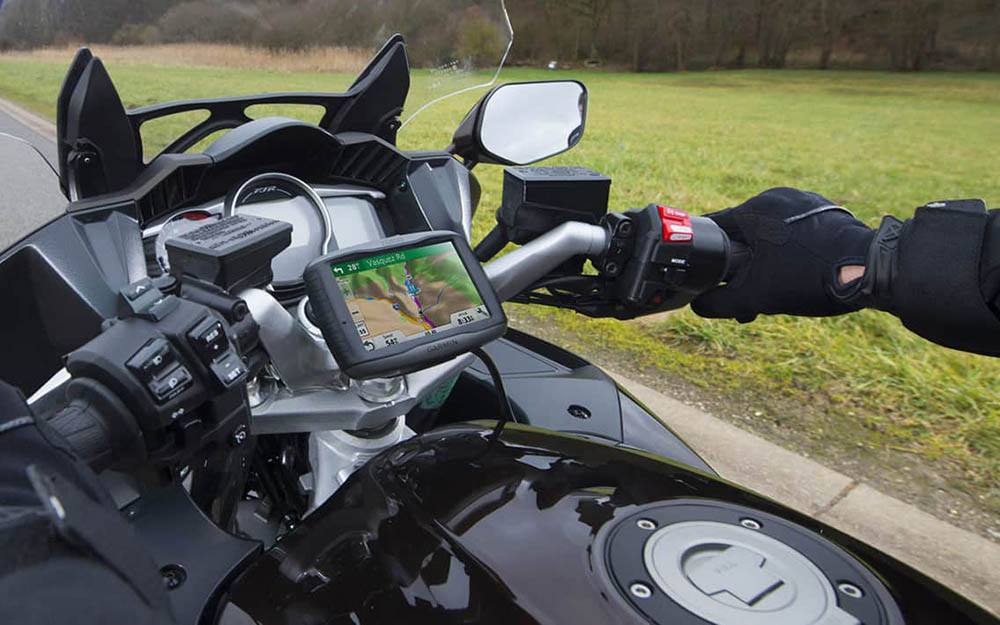 best garmin motorcycle satnav uk - TomTom 550 versus Garmin Zumo 595
